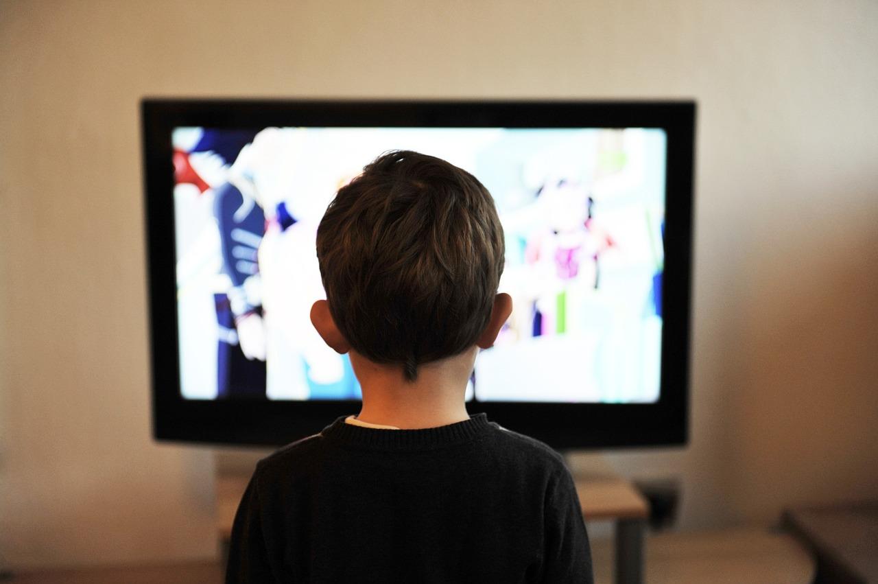 enfant qui regarde la tele